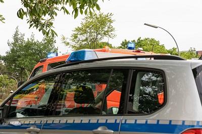 Polizei- und Rettungswagen bei einem Unfall.