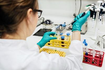 Wissenschaftlerin mit Pipette in einem Labor