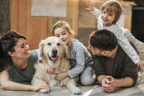 Familie mit Golden Retriever.